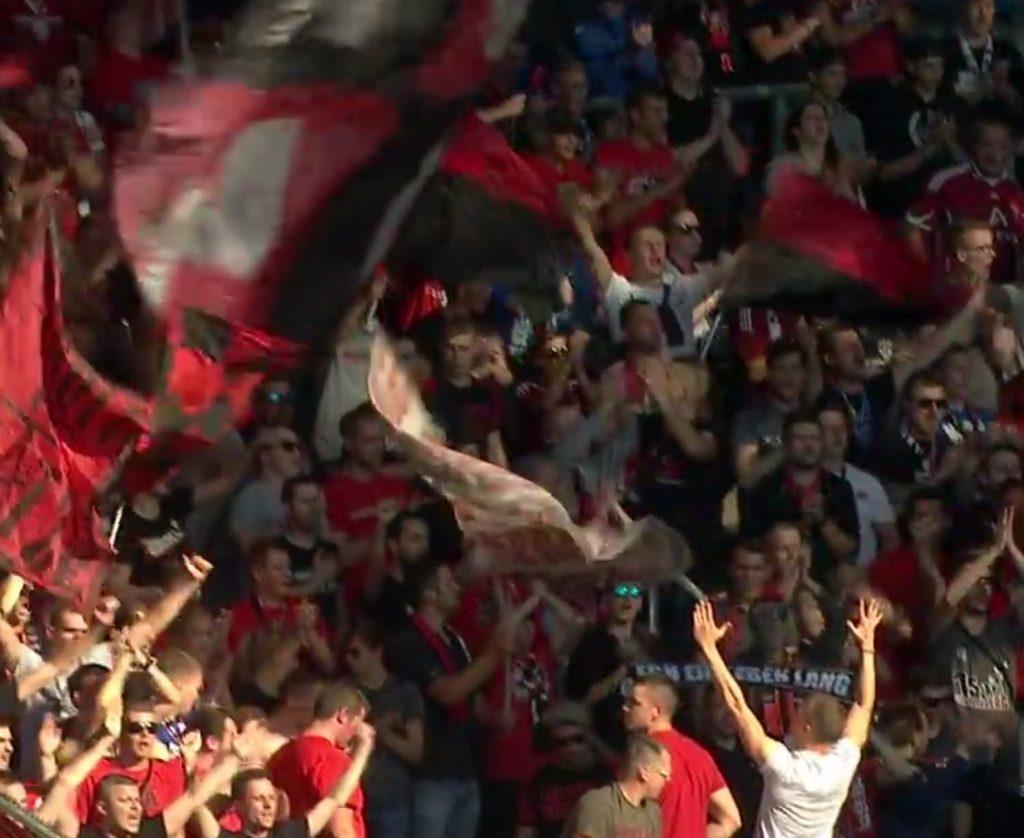 Zufriedene Clubfans nach dem 3:1 Auswärtssieg bei Arminia Bielefeld