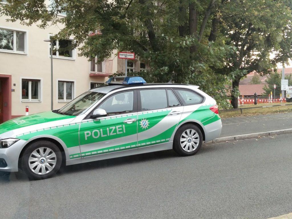Polizeiwagen parkt in Feuerwehranfahrtszone - rechtmäßig ?