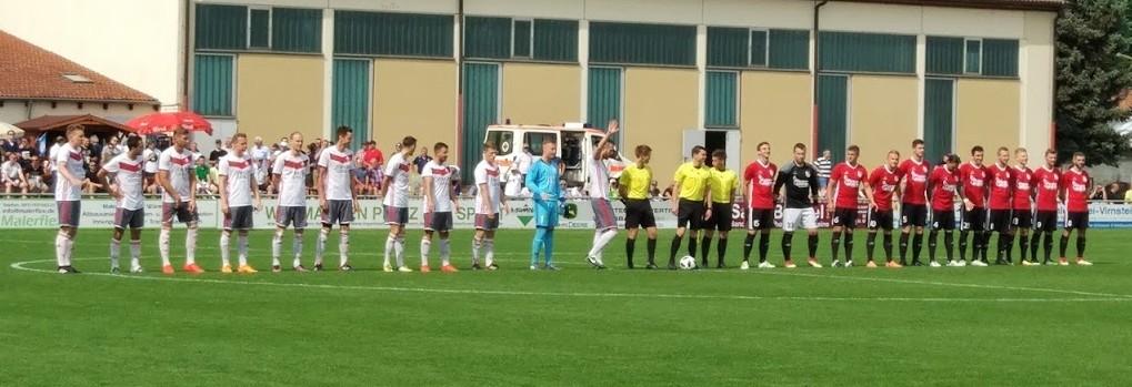 TSV Buch - TSV Waldkirchen: Die Mannschaften begrüßen die zahlreichen Zuschauer