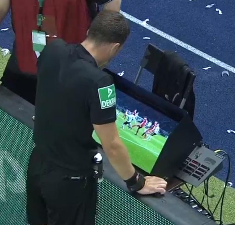 Felix Zwayer schaut auf Anfrage des Video Assistenten die fragliche Szene in der Nachspielzeit an und entscheidet gegen die eigentliche korrekte Spielfortführung und für die Eintracht Frankfurt.